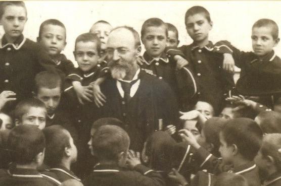 Bartolo Longo wśród swoich wychowanków – dzieci więźniów